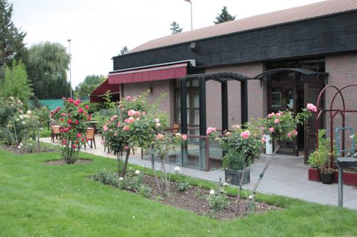 Restaurant Frankfurt Atelier - großer Garten mit Außensitzplätzen